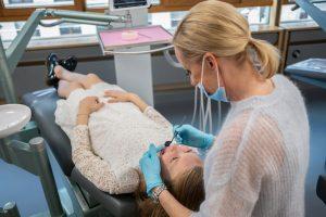 Kieferorthopädin Dr. Irina Mayer kümmert sich um eine kleine Patientin
